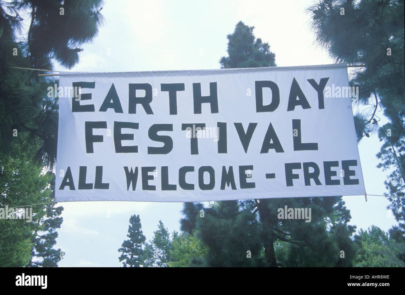 Un cartello appeso gente accogliente per la Giornata della Terra Festival Immagini Stock