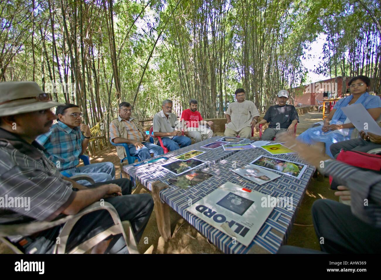 AAD 91600 Fotografia WorkShop creativi fotografi Dinodia discutendo arte Neral Maharashtra INDIA Foto Stock