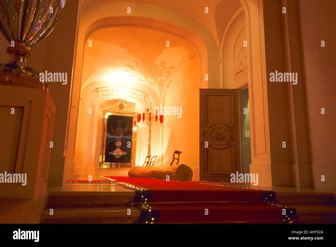 Lingresso principale con moquette rossa costruita con illuminazione