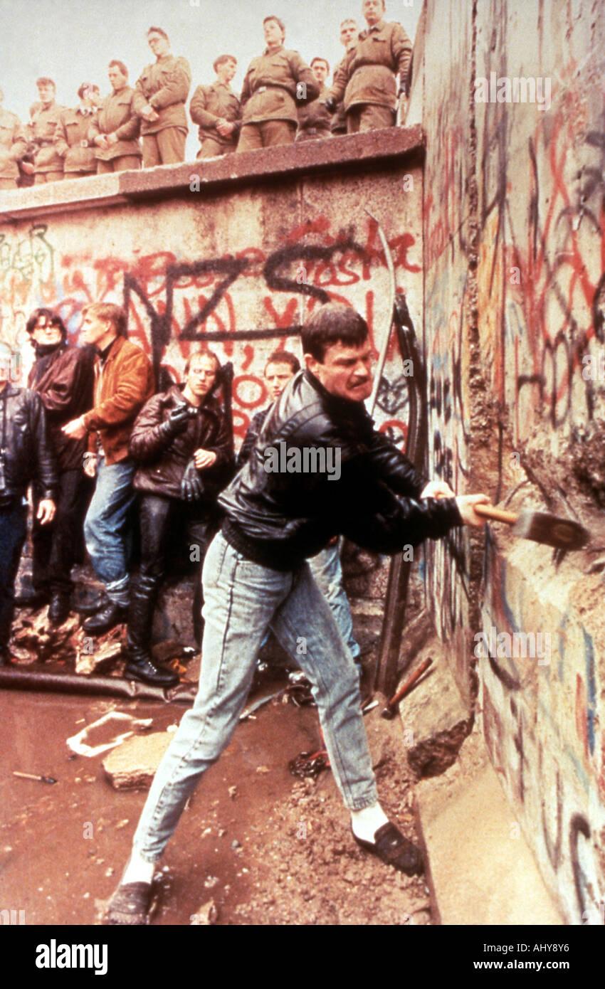 Muro di Berlino Est guardie tedesco guarda su come il muro di Berlino è distrutto nel novembre 1989 Foto Stock
