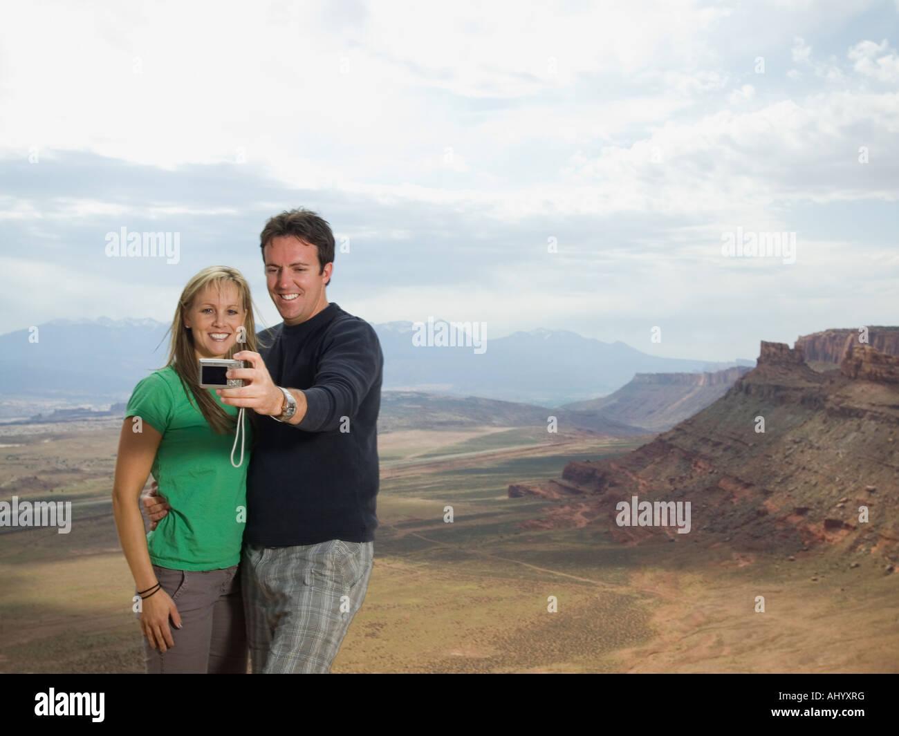Giovane tenendo proprio fotografia Immagini Stock