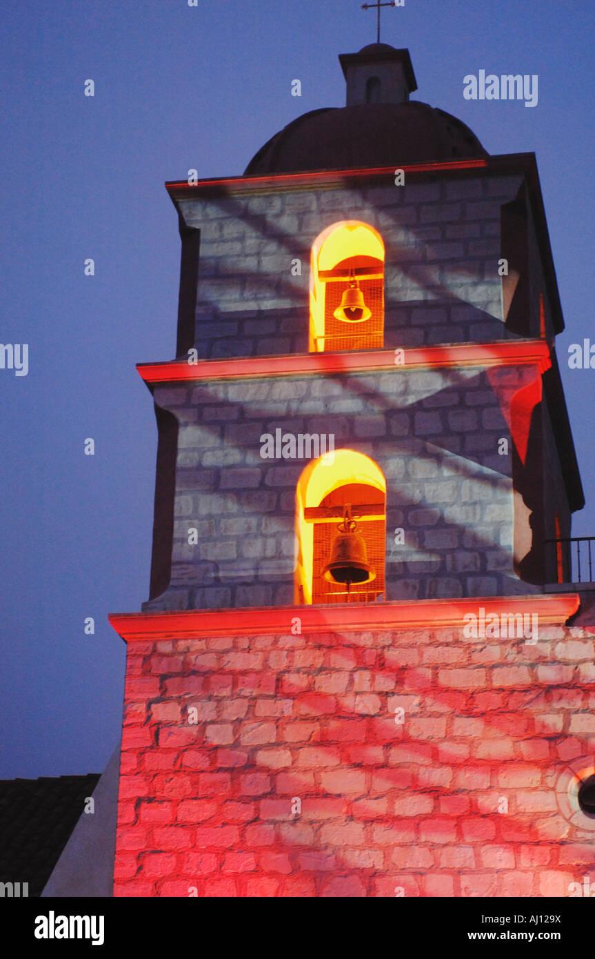 Vista della missione torre campanaria con luci colorate presso la missione di Santa Barbara durante la Fiesta Immagini Stock