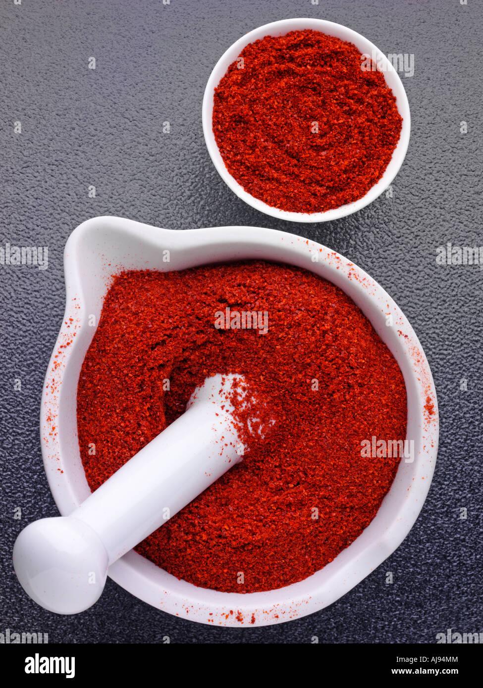 Peperoncino in polvere nel pestello e mortaio Foto Stock