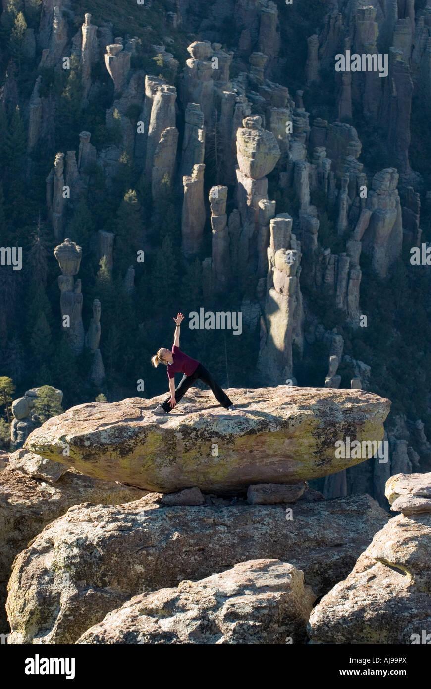 Lo Yoga sulla parte superiore di un equilibrato rock, Immagini Stock