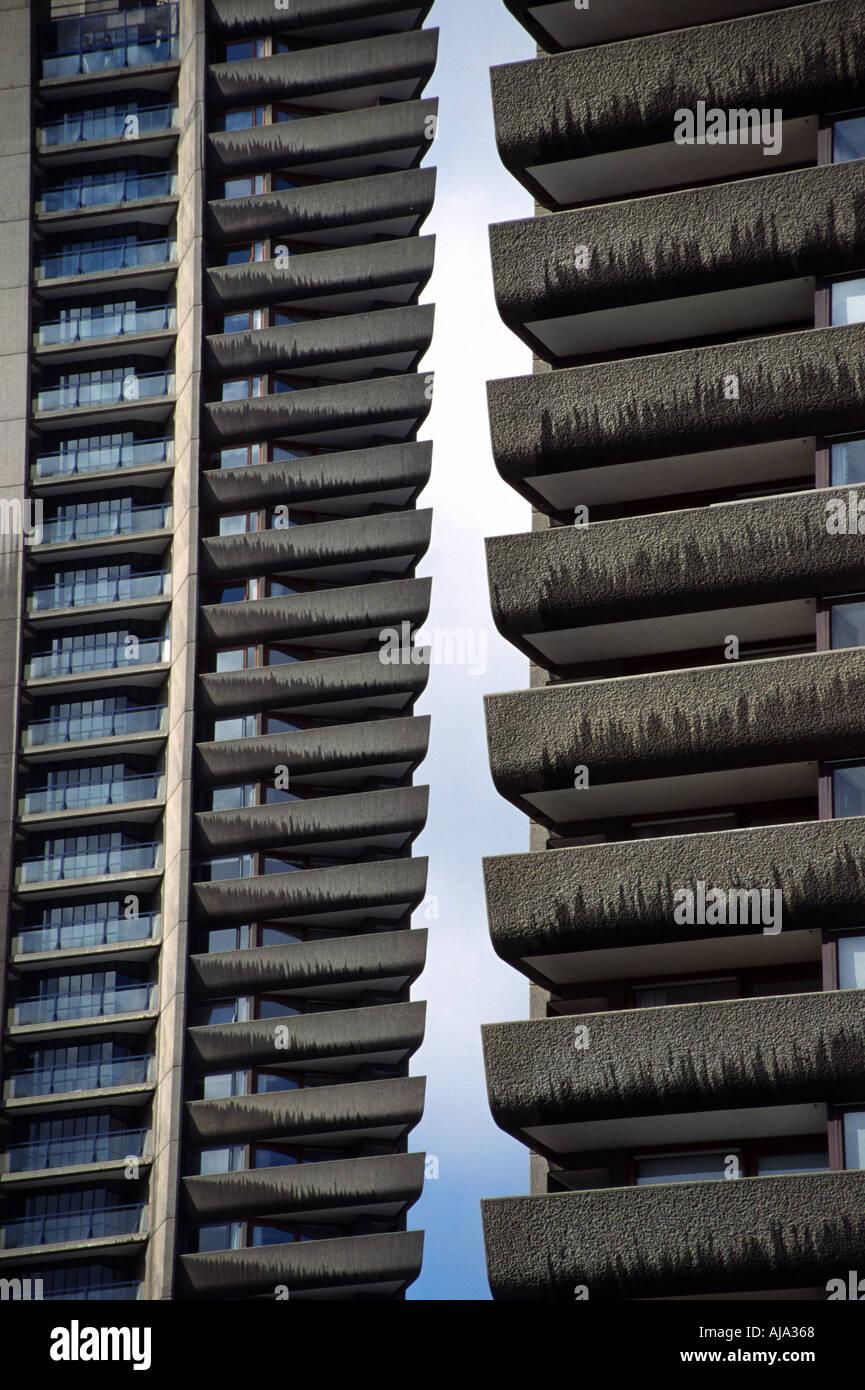 Elevato aumento dei blocchi in corrispondenza del complesso di Barbican Londra Inghilterra: Architettura Brutalist Immagini Stock