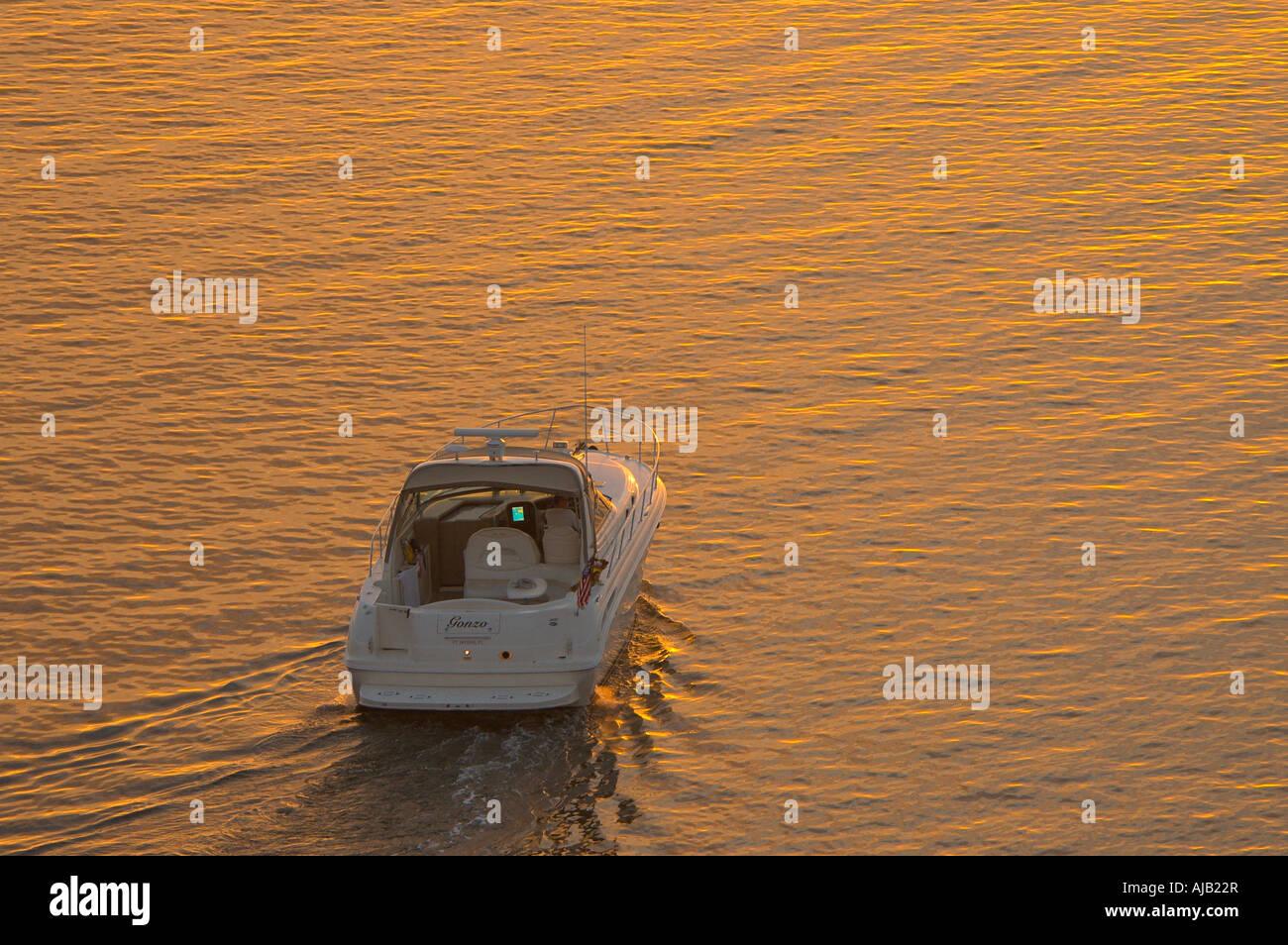 Nautica potenza entrobordo fuoribordo crociere in barca al tramonto nella calma acqua piatta, sport, attività Immagini Stock