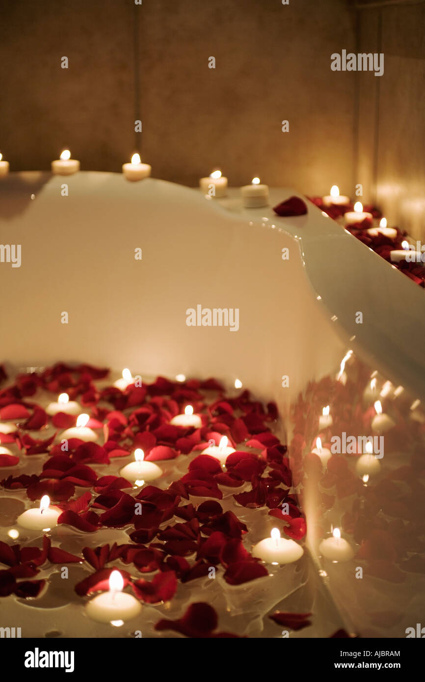 Bagno Romantico In Due scena romantica di candele e petali di rosa nella vasca da
