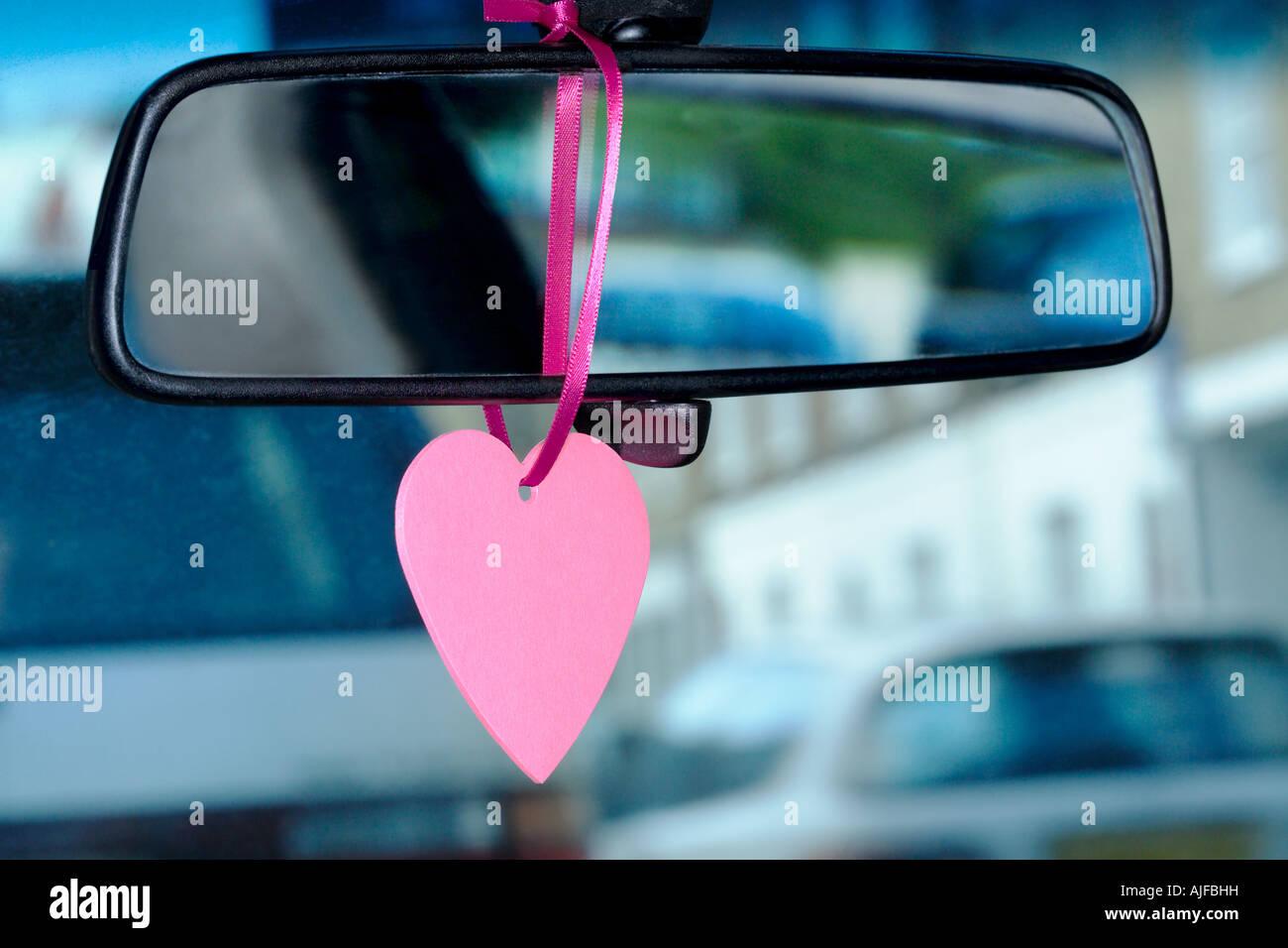 Un gingillo appeso su uno specchietto retrovisore Foto Stock