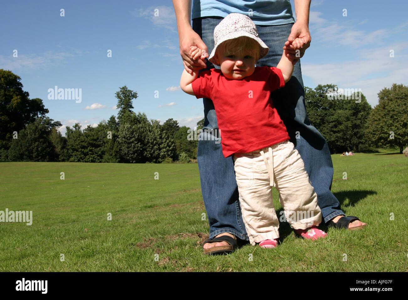 Bambino ad imparare a camminare Foto Stock