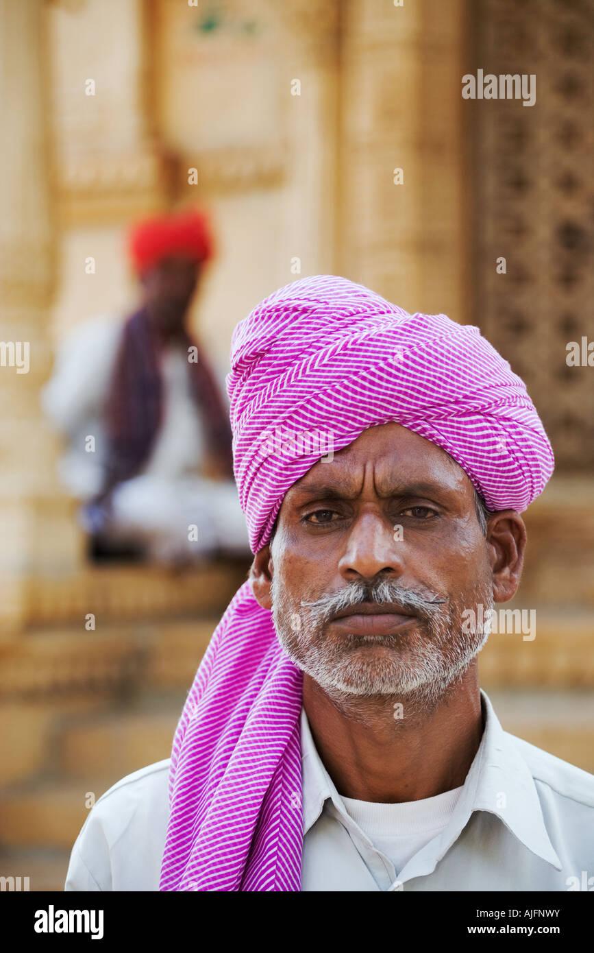 Ritratto di Rajasthani uomo in un colorato turbante turbanti vengono indossati per abbellire il volto e riconoscere Immagini Stock