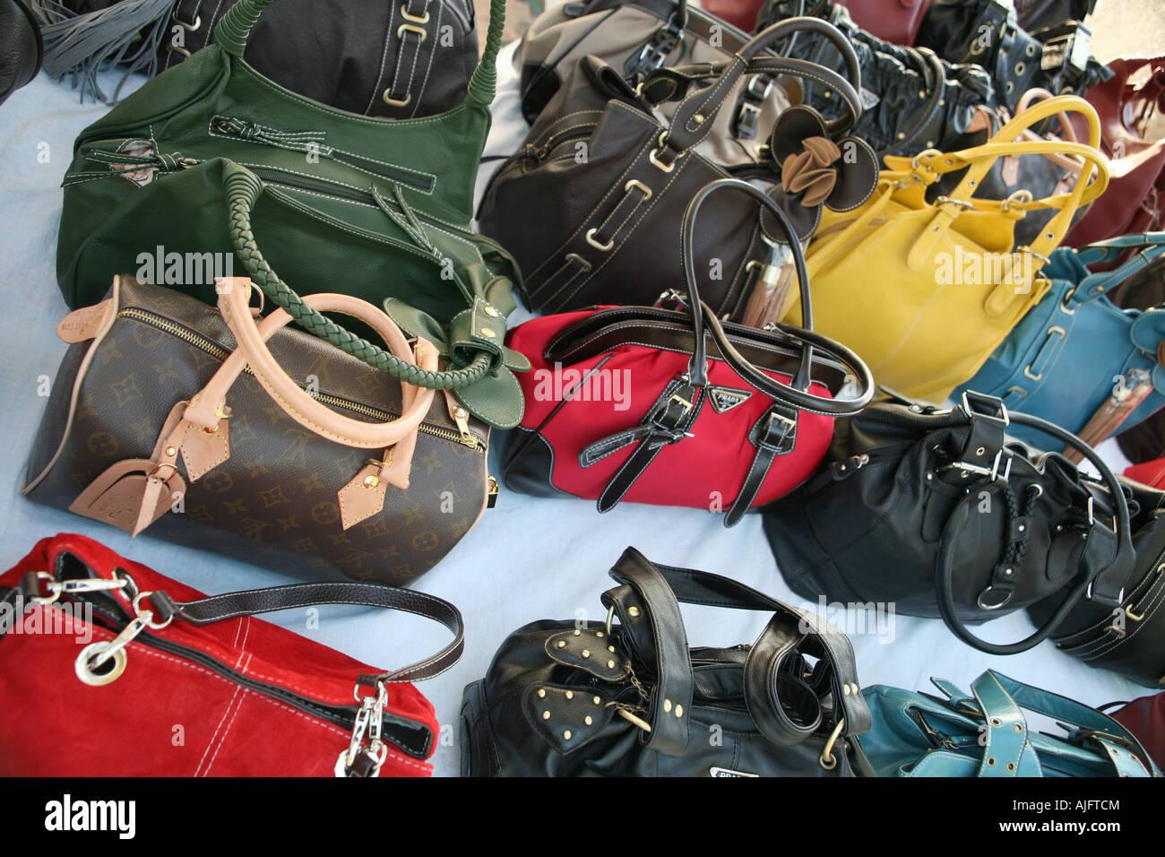 039e1c5a8d Contraffazione di designer borse in vendita a Alghero, Sardegna, Italia  Immagini Stock