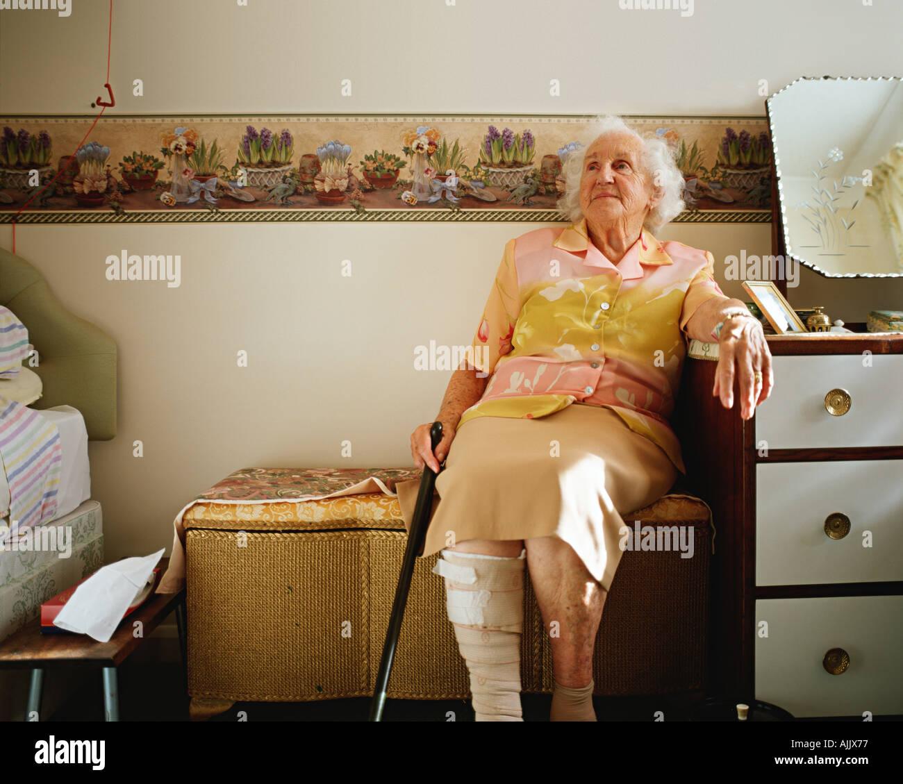 Donna anziana nella sua camera da letto Foto Stock