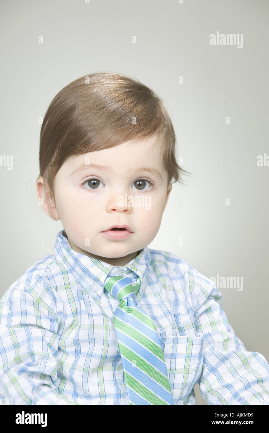 Il bambino che indossa una camicia e cravatta Immagini Stock