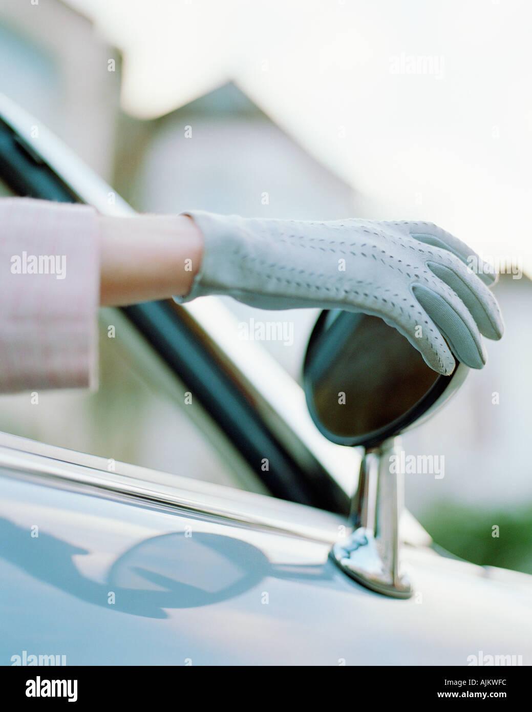 Donna regolazione specchietto retrovisore Immagini Stock