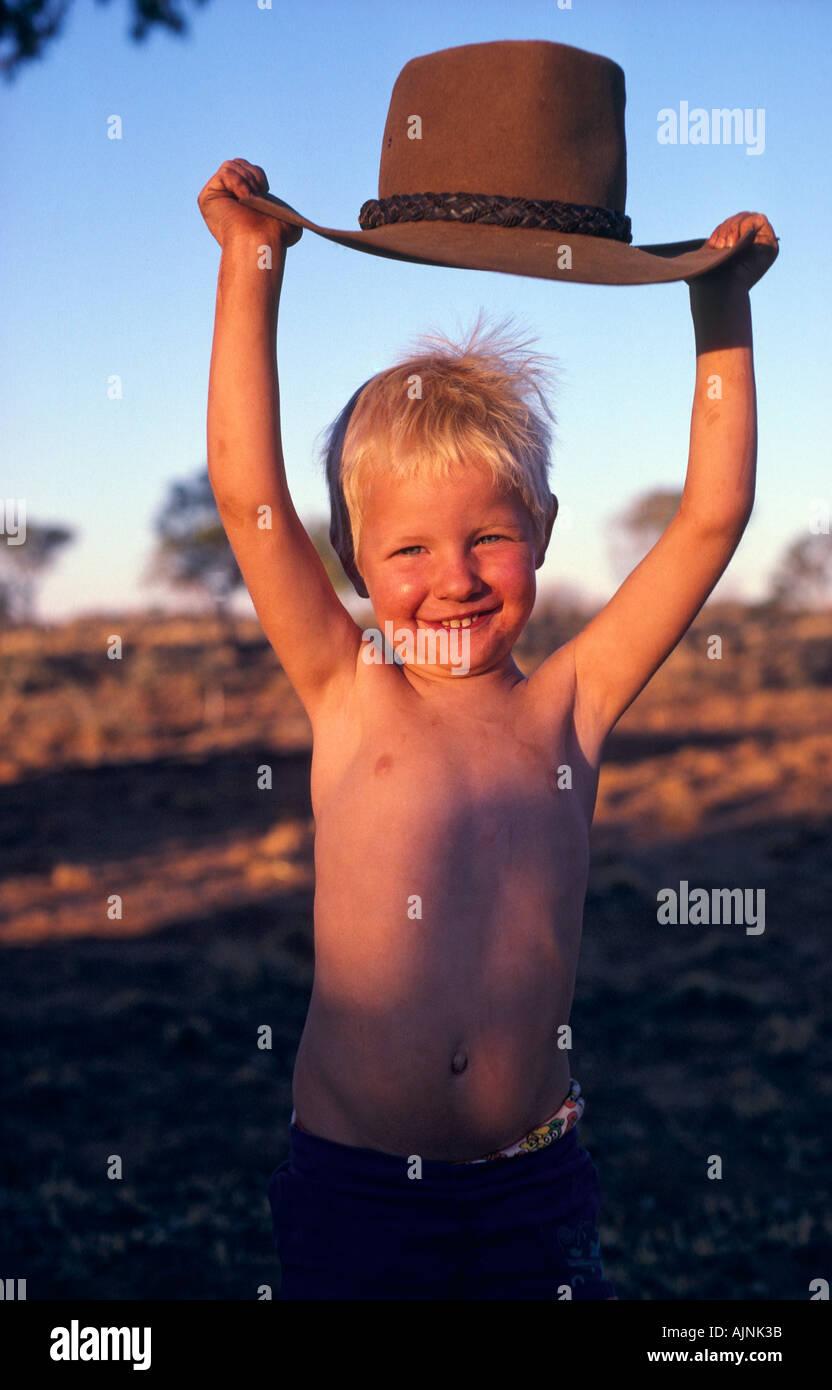Australian boy con episteme hat Territorio del Nord Australia in verticale Immagini Stock