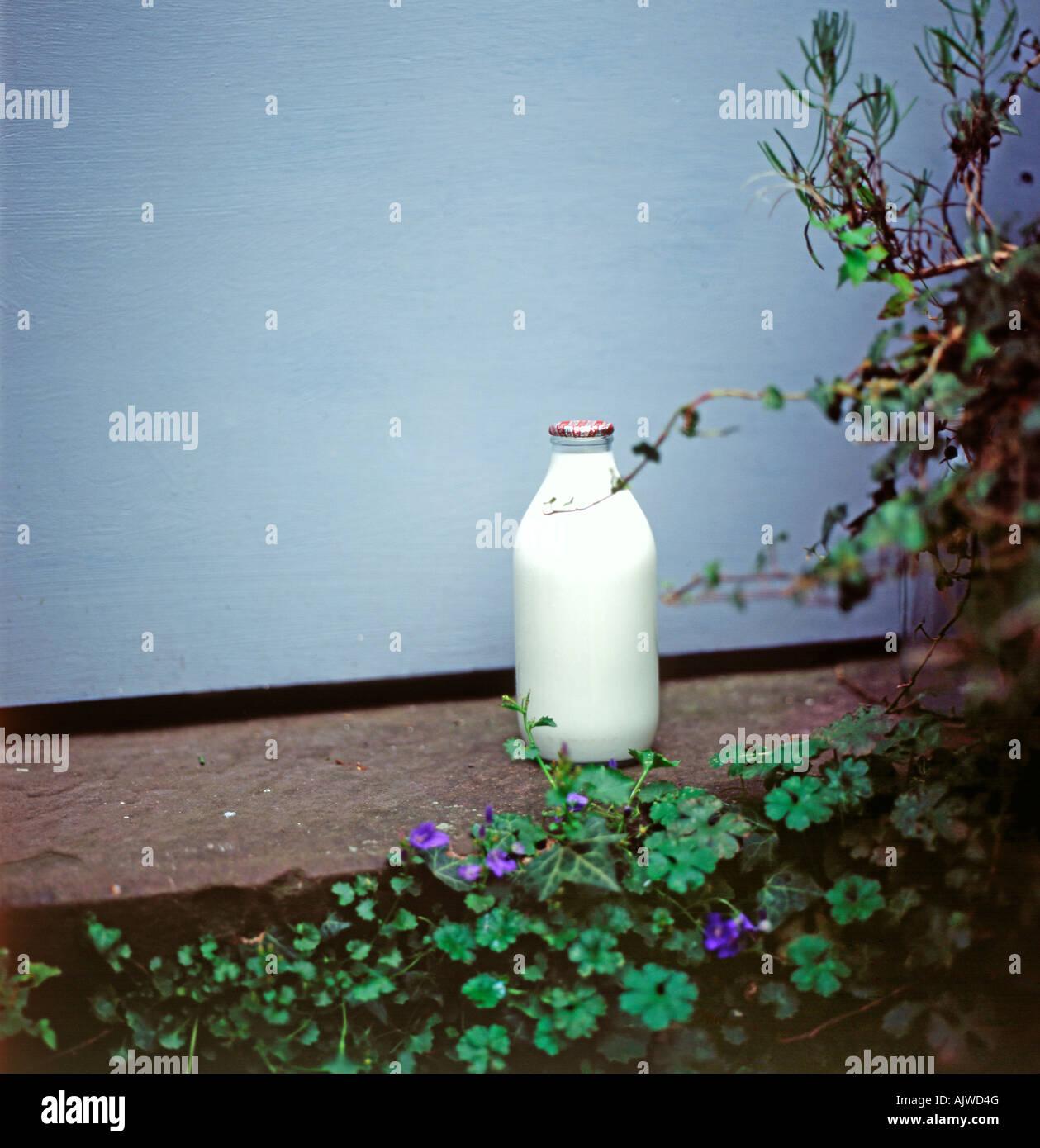 Un bicchiere di latte bottiglia su una porta di casa a Llanthony, Ewyas Valley, Wales, Regno Unito KATHY DEWITT Immagini Stock