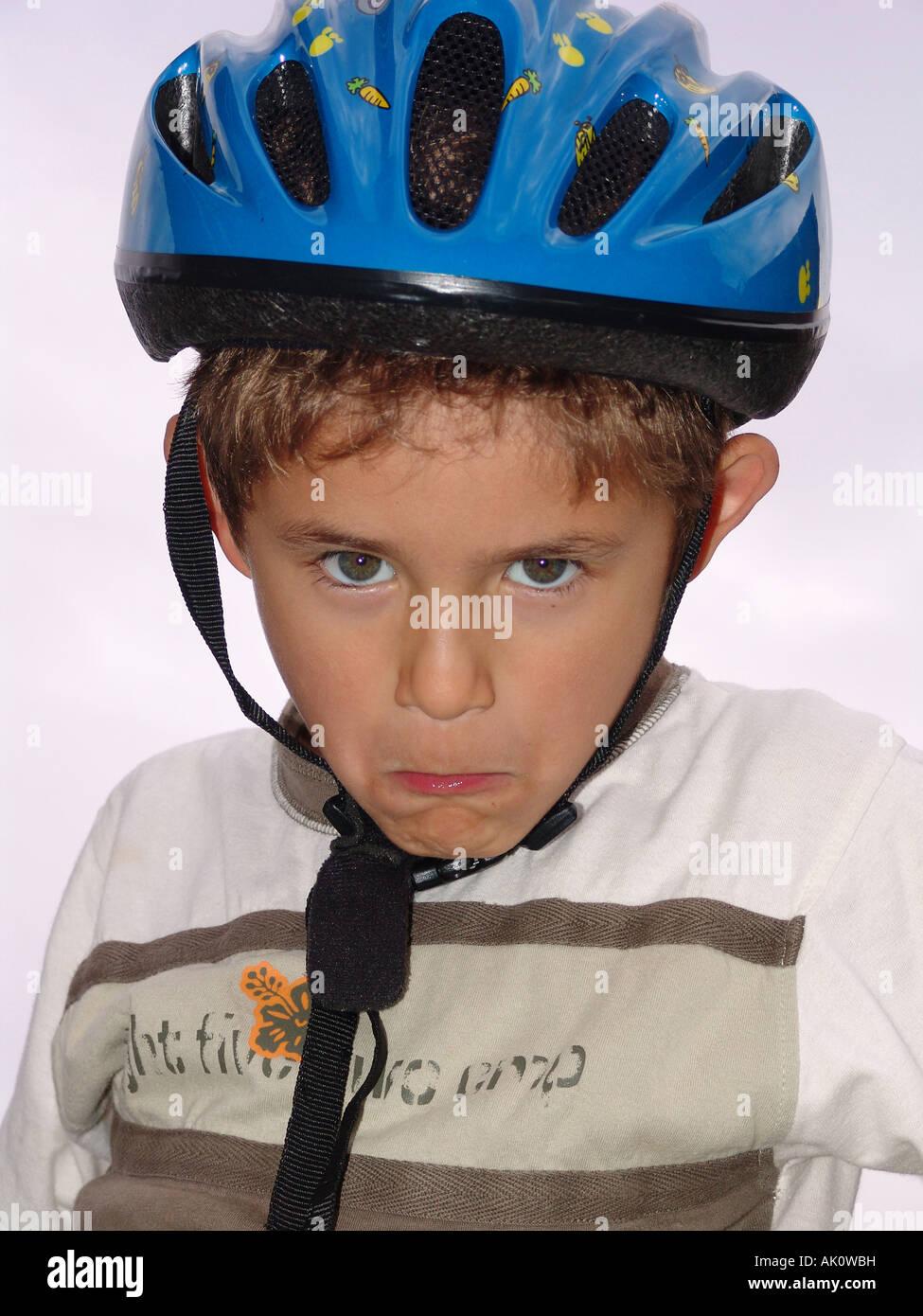Un portret di un giovane ragazzo che indossa un casco Immagini Stock