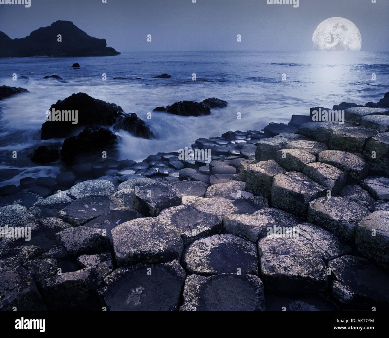 GB - IRLANDA DEL NORD: Luna Giant's Causeway Immagini Stock