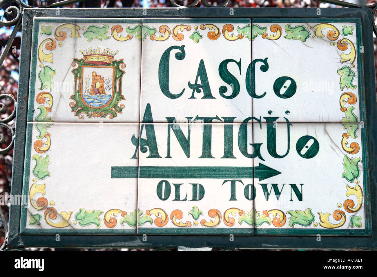 Segno di strada per raggiungere la Città Vecchia (Casco Antiguo), Marbella, Costa del Sol, Andalusia, Spagna Immagini Stock