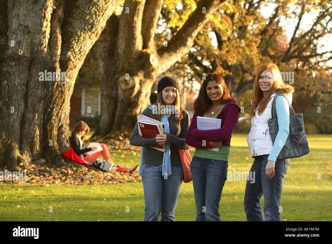 Gruppo di collegio femminile studenti Immagini Stock