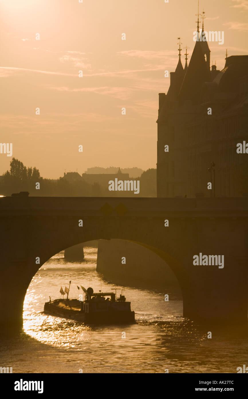 Barge sulla Senna, Pont Neuf, Consiergerie, Parigi, Francia Immagini Stock