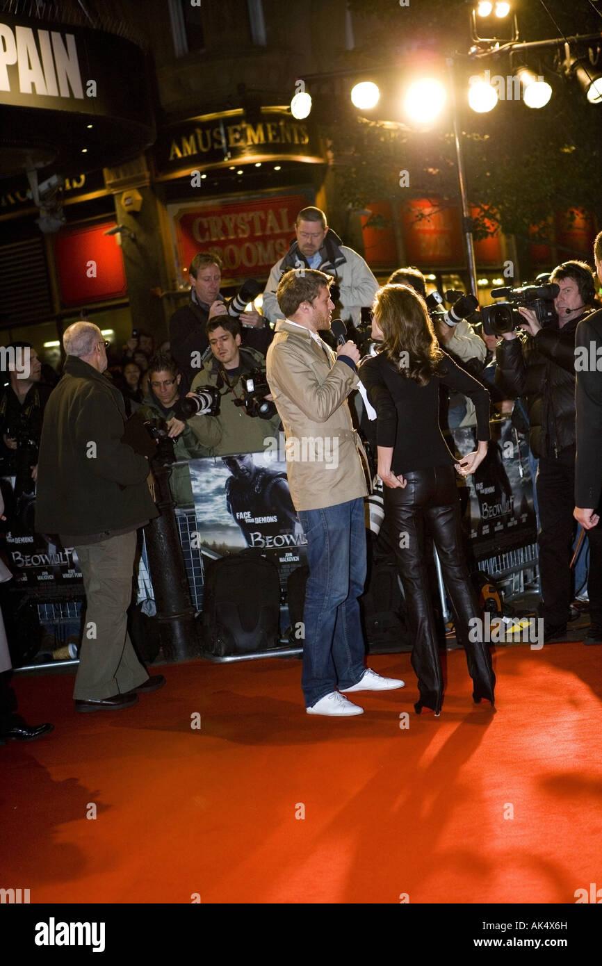 Beo Wulf - European film premiere London Leicester Square, con Angelina Jolie con bolla di gomma sul suo pattino Immagini Stock