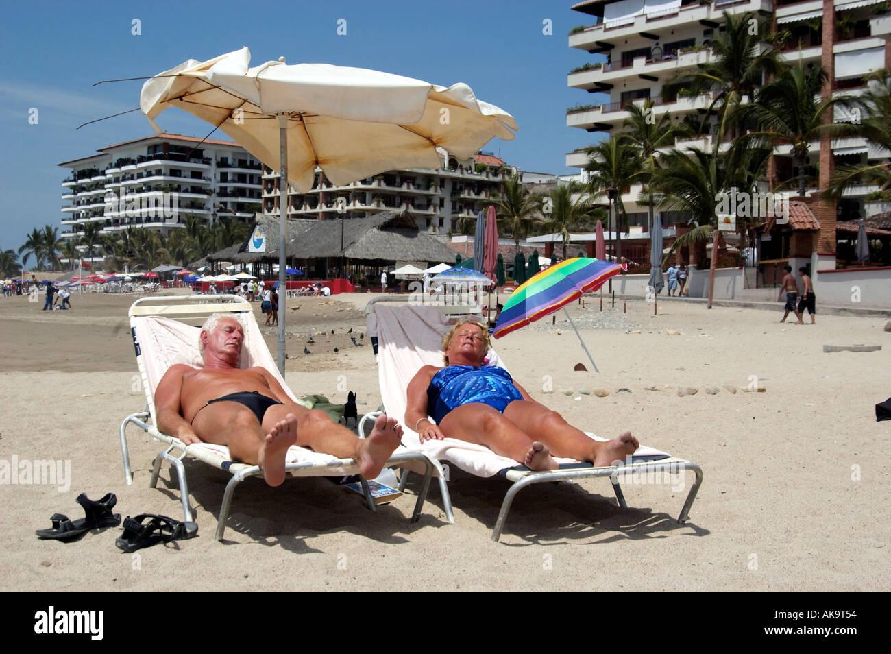 Sole Sotto L Ombrellone.Coppia Di Anziani A Prendere Il Sole Insieme Sotto L
