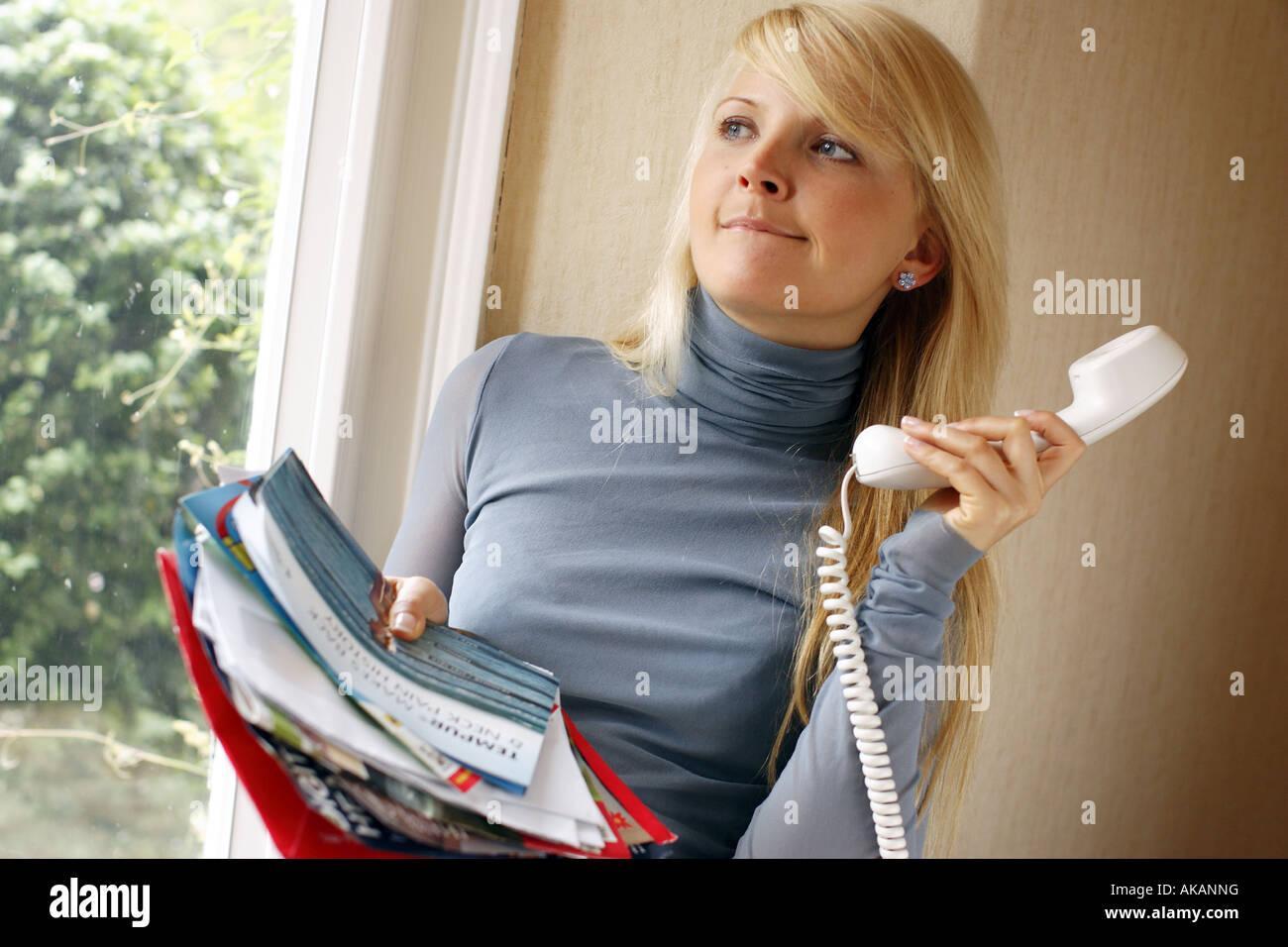 Donna al telefono per effettuare le indagini Immagini Stock