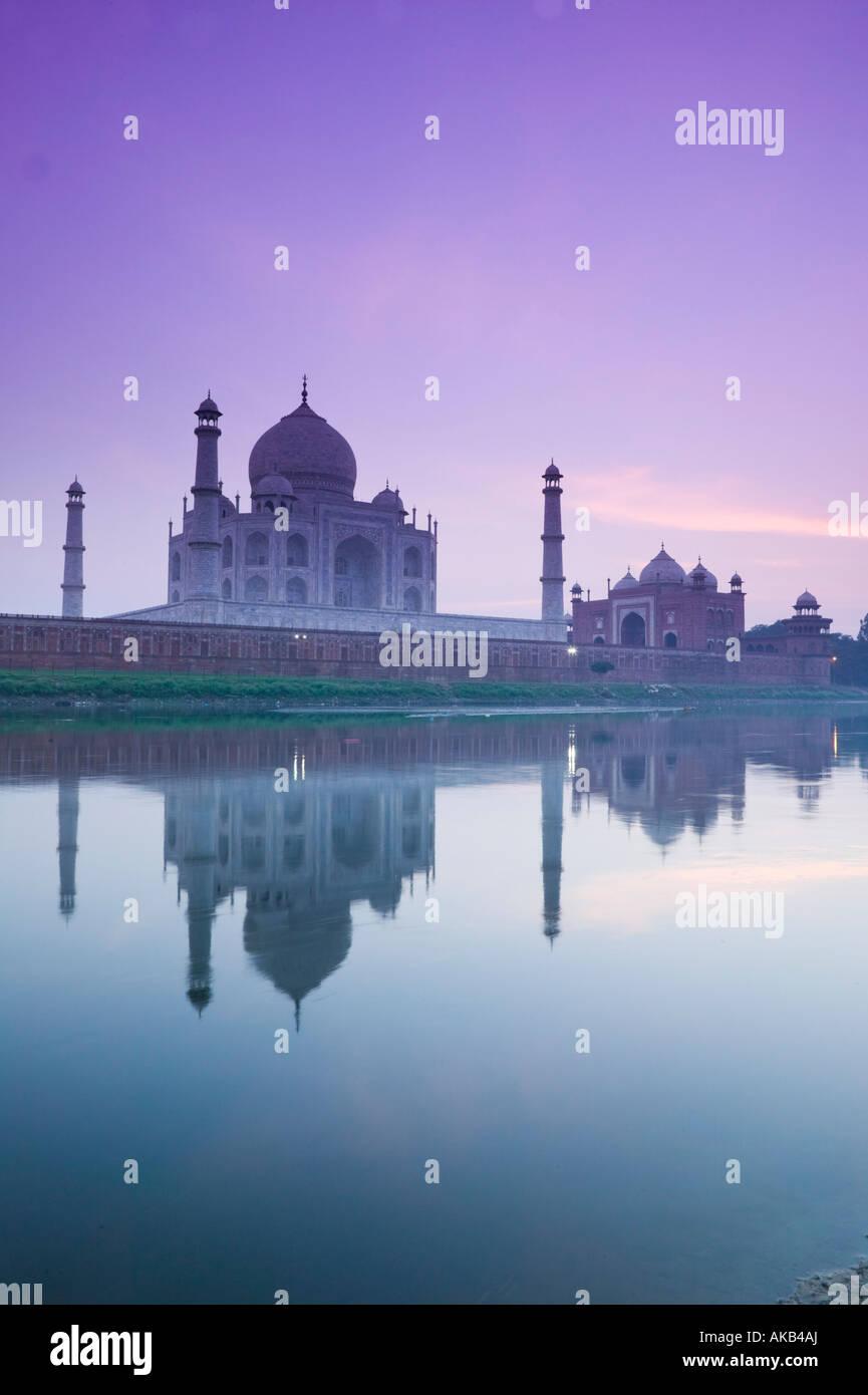 India, Uttar Pradesh, Agra il Taj Mahal & Fiume Yamuna Immagini Stock