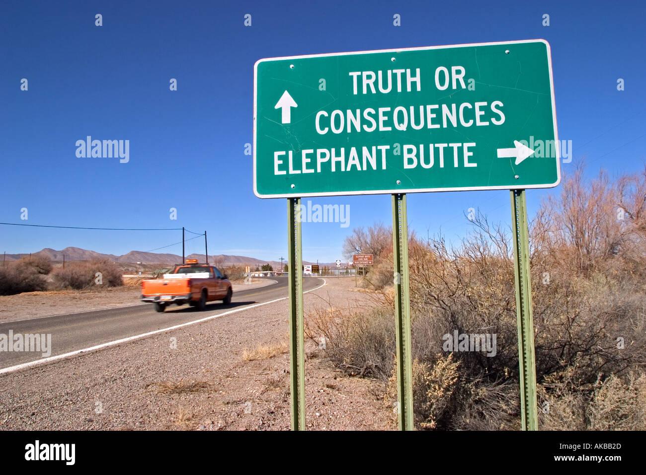 Segno per la città di verità o conseguenze e Elephant Butte Nuovo Messico USA Immagini Stock