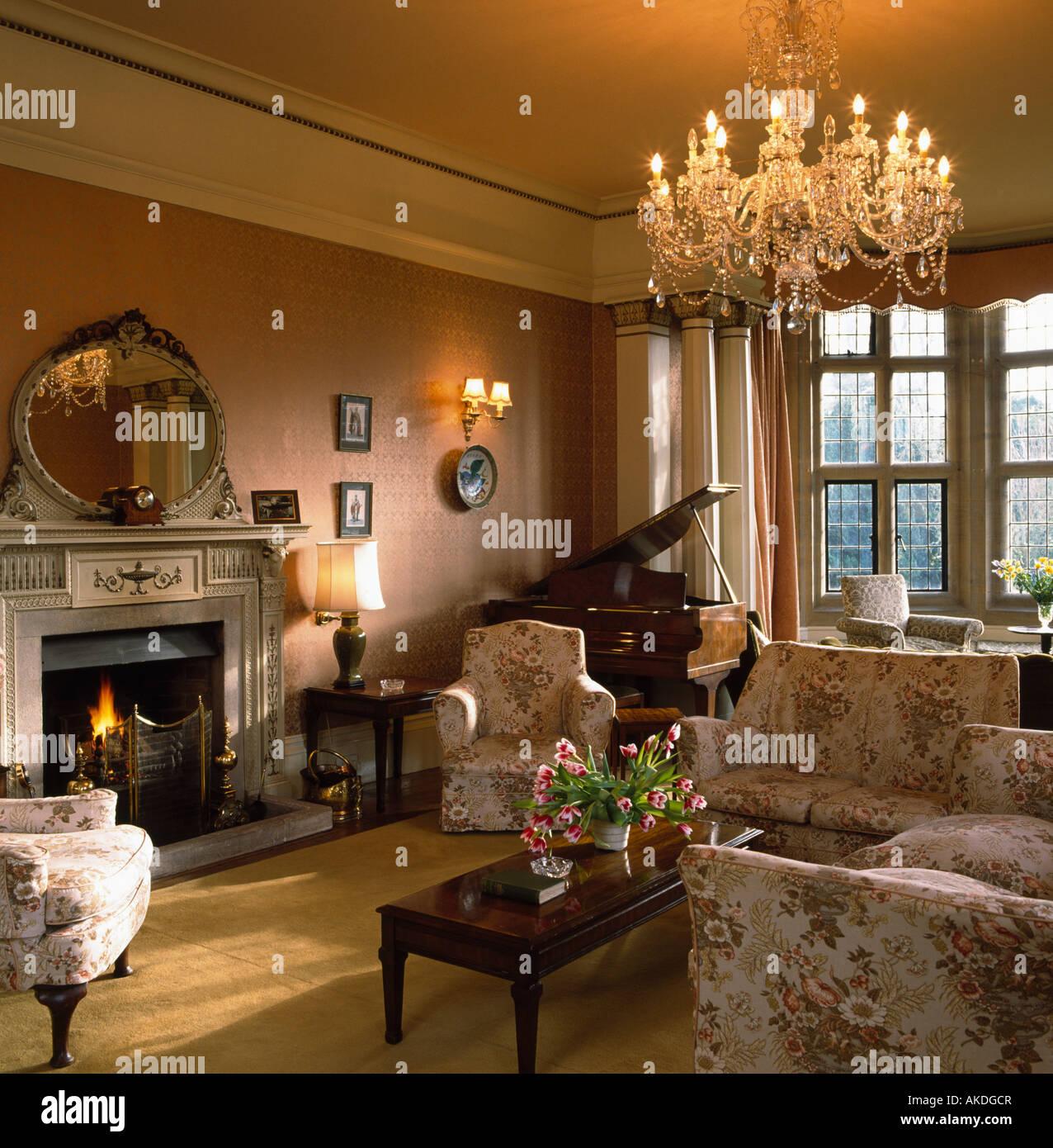 Foto Di Un Camino Acceso lampadario di vetro nel paese soggiorno con piano in un