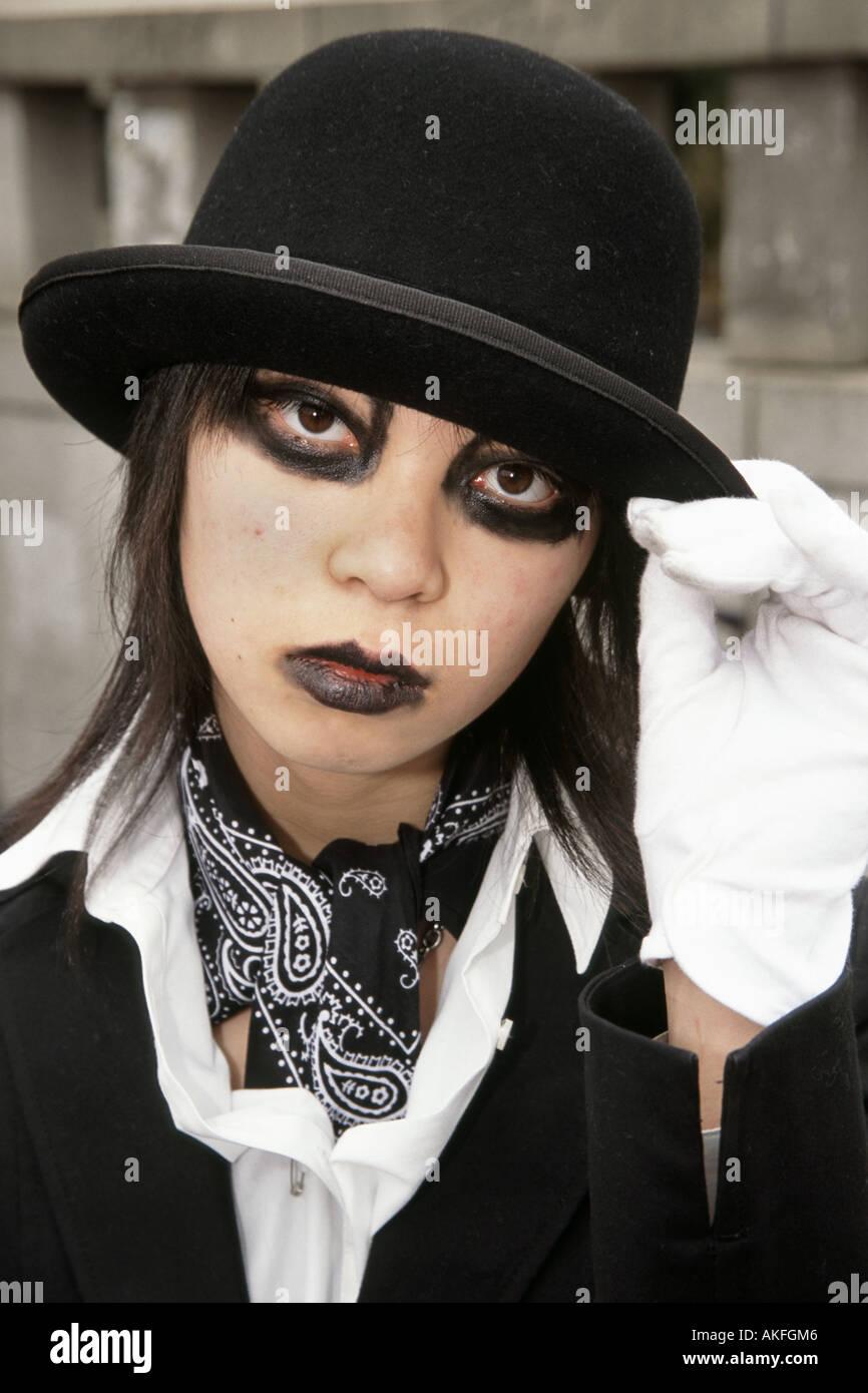 Un ritratto di una ragazza cosplay indossando un nero cappello bowler. Harajuku, Tokyo Giappone Immagini Stock