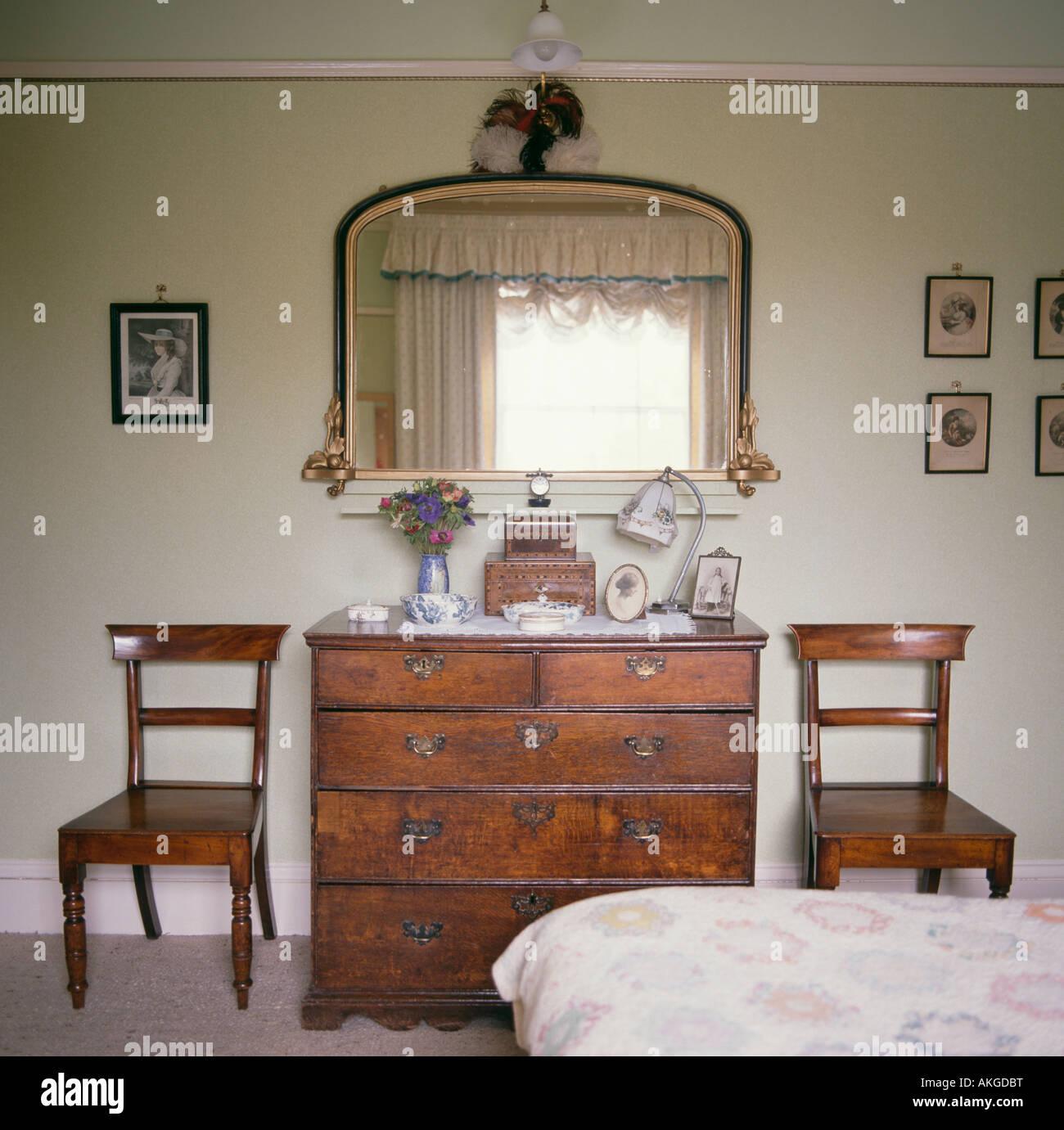 Cassettiera Camera Da Letto Con Specchio.Sedie Antiche Su Entrambi I Lati Della Cassettiera Antica Nel Paese