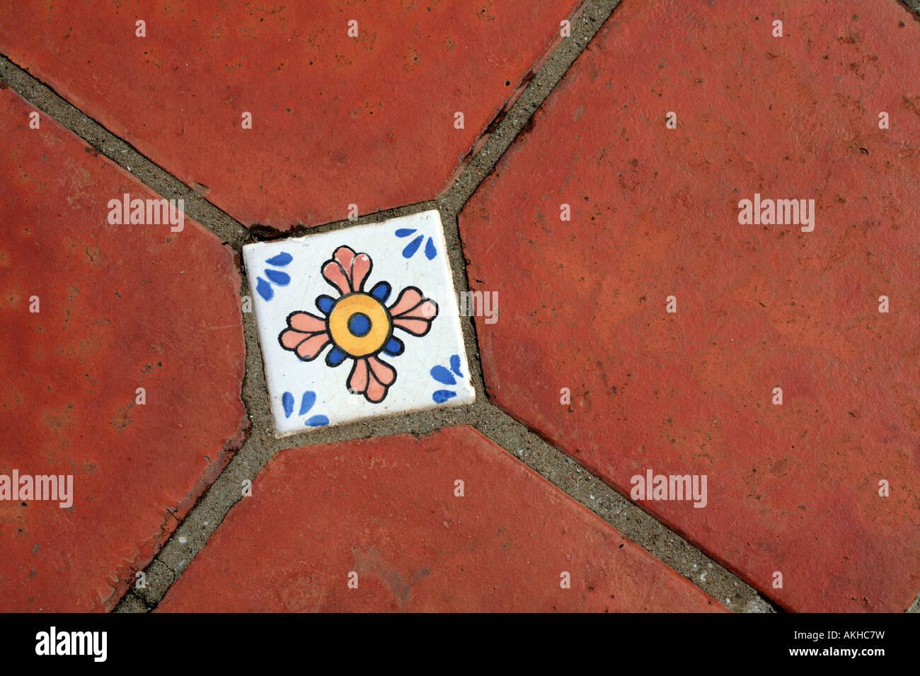Piastrelle decorative in un pavimento esterno foto immagine