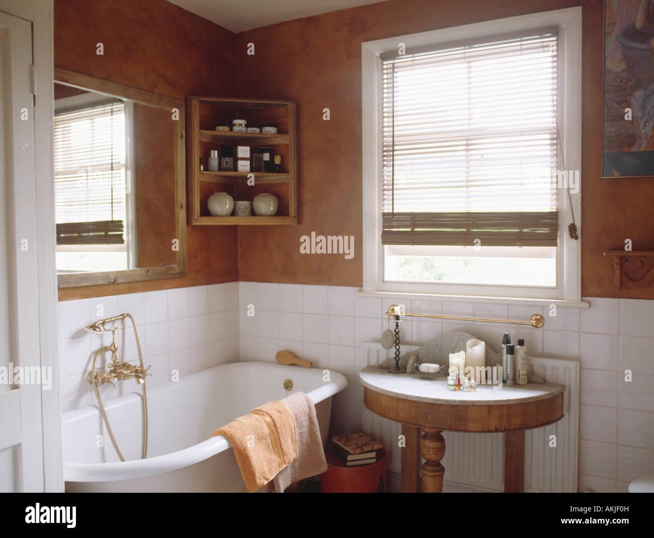 Antico lavabo in bagno con angolo di pino ripiani sopra bianco