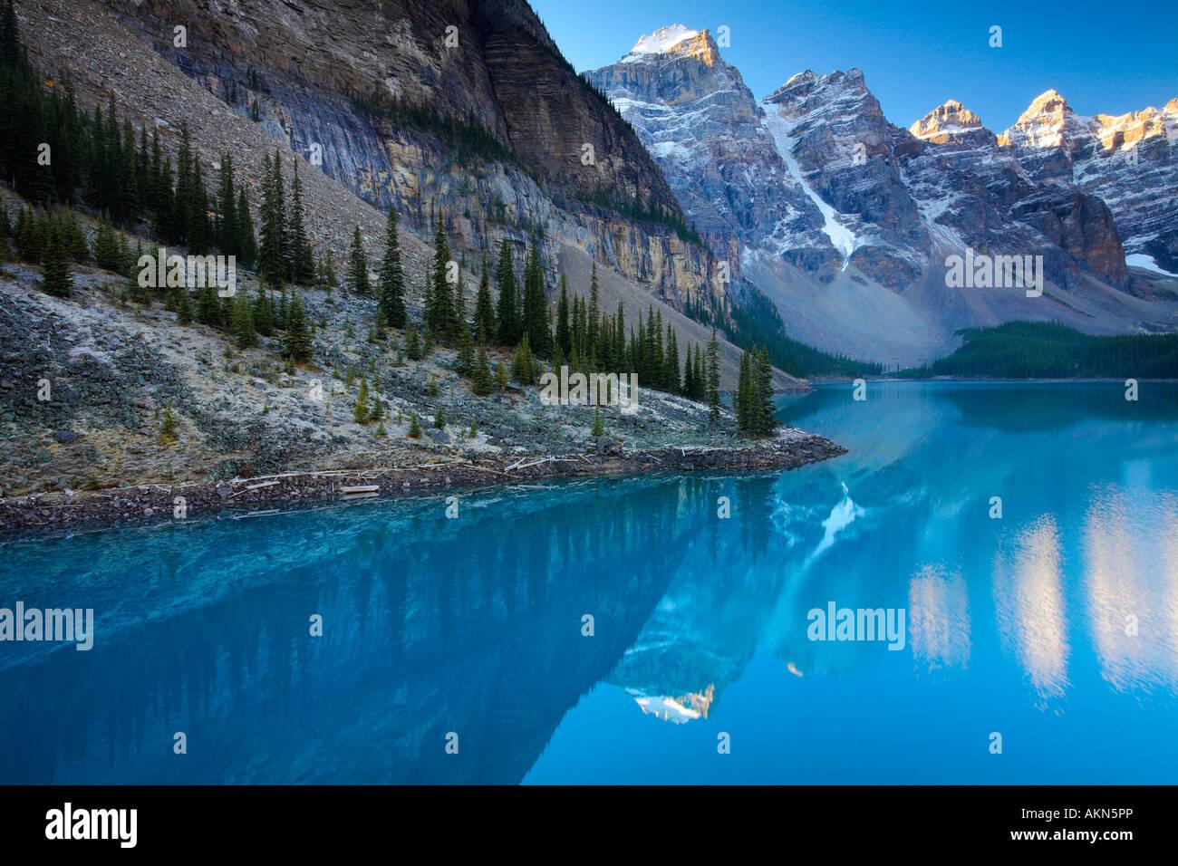 Spettacolari acque blu al Lago Moraine nel parco nazionale di Banff, Canada Immagini Stock
