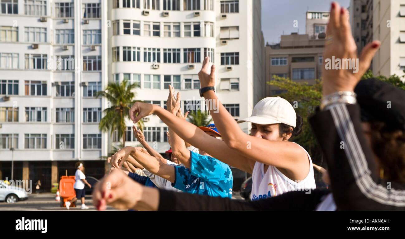 Il tai chi chuan classe a Copacabana beach in mattinata di Rio de Janeiro in Brasile Immagini Stock