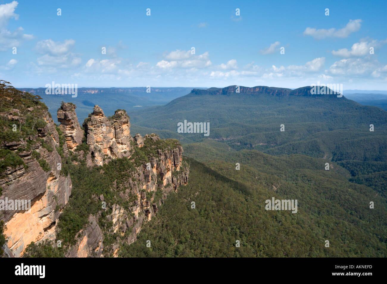 Le tre sorelle e il Monte Gibilterra dal punto Echo, Blue Mountains, Nuovo Galles del Sud, Australia Immagini Stock