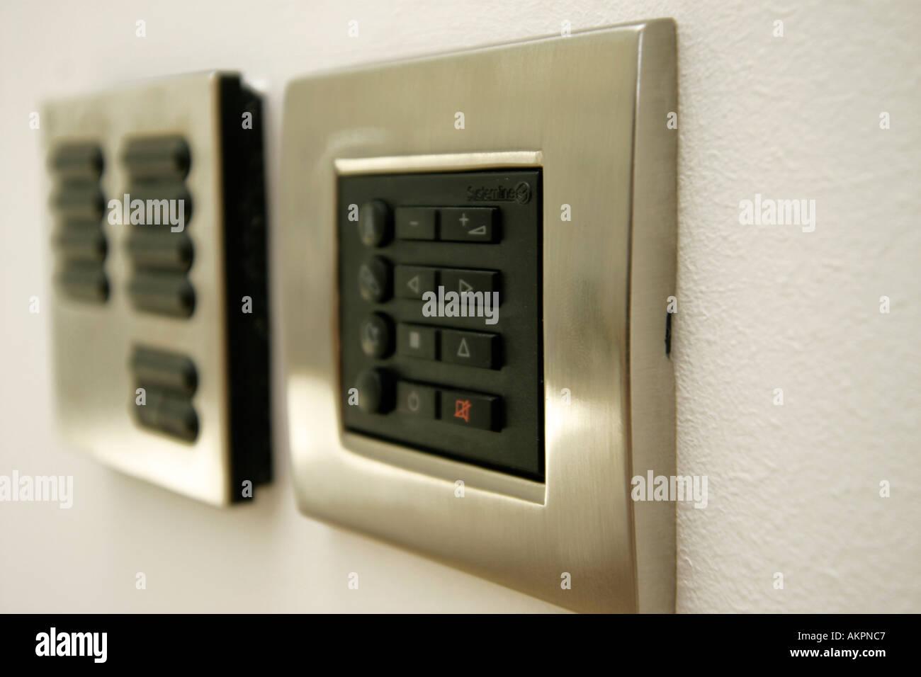 Illuminazione Ingresso Appartamento : Illuminazione pannello di controllo e porta ingresso sistema su un