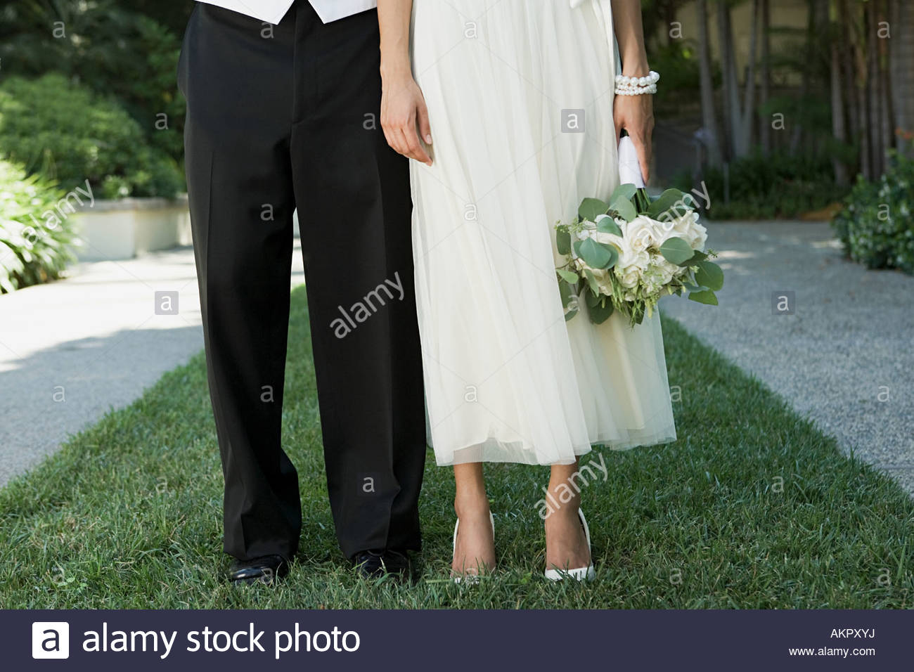 Immagine ritagliata di una sposa e lo sposo Immagini Stock