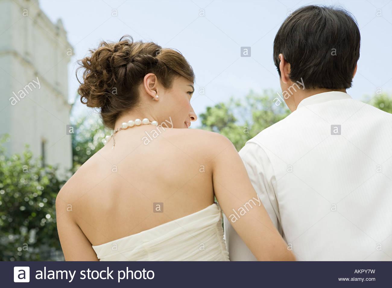 Vista posteriore di una sposa e lo sposo Immagini Stock