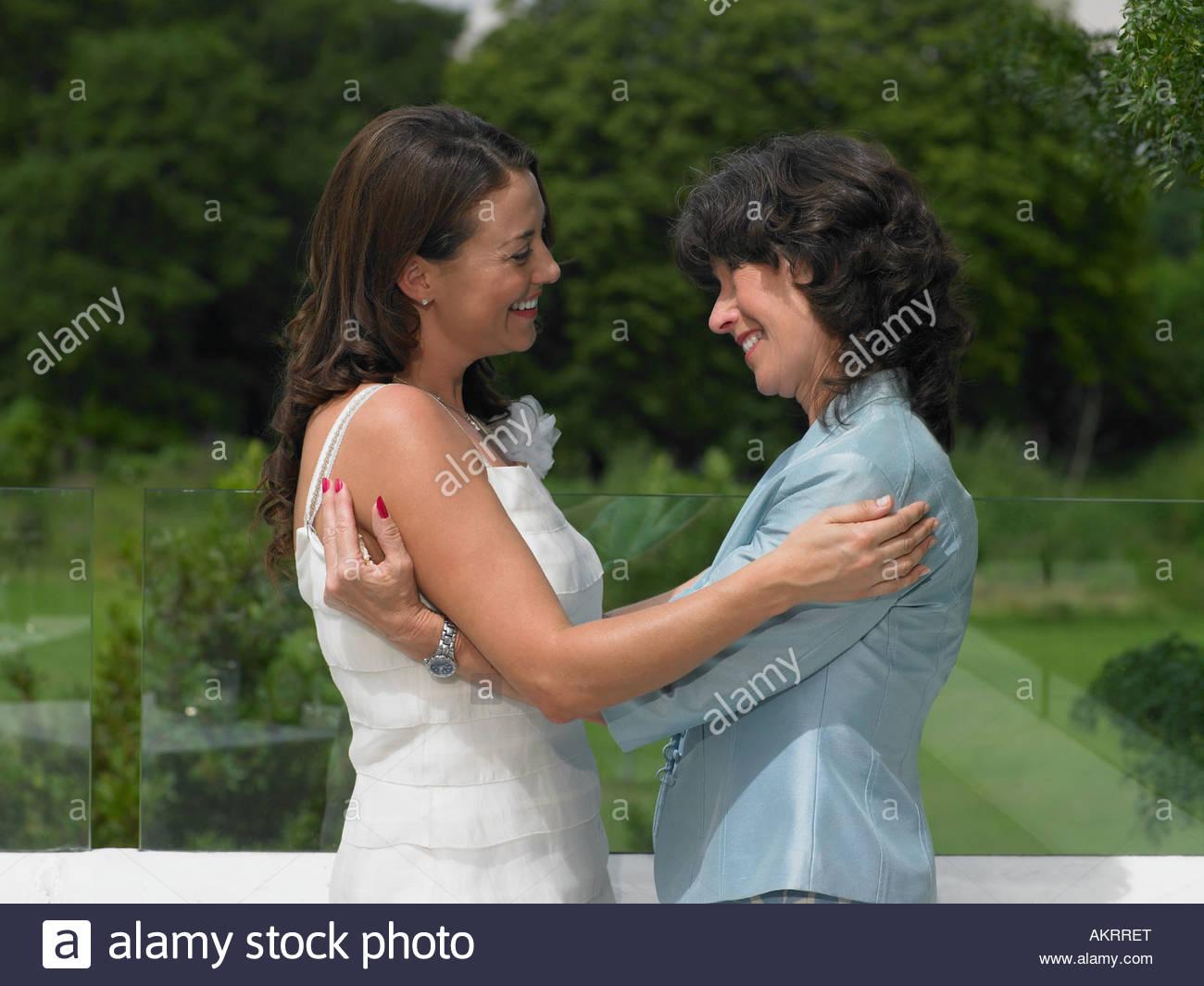 Un matrimonio valutazione abbracciando la sposa Immagini Stock