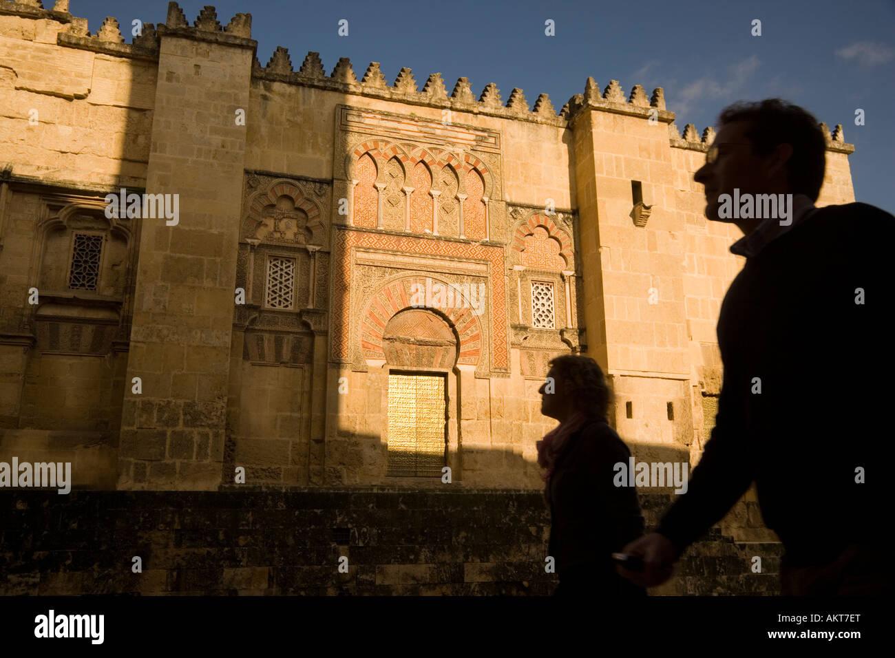 Cordoba in provincia di Cordoba Spagna turista giovane passando dalla parete ovest di La Mezquita la grande moschea Immagini Stock
