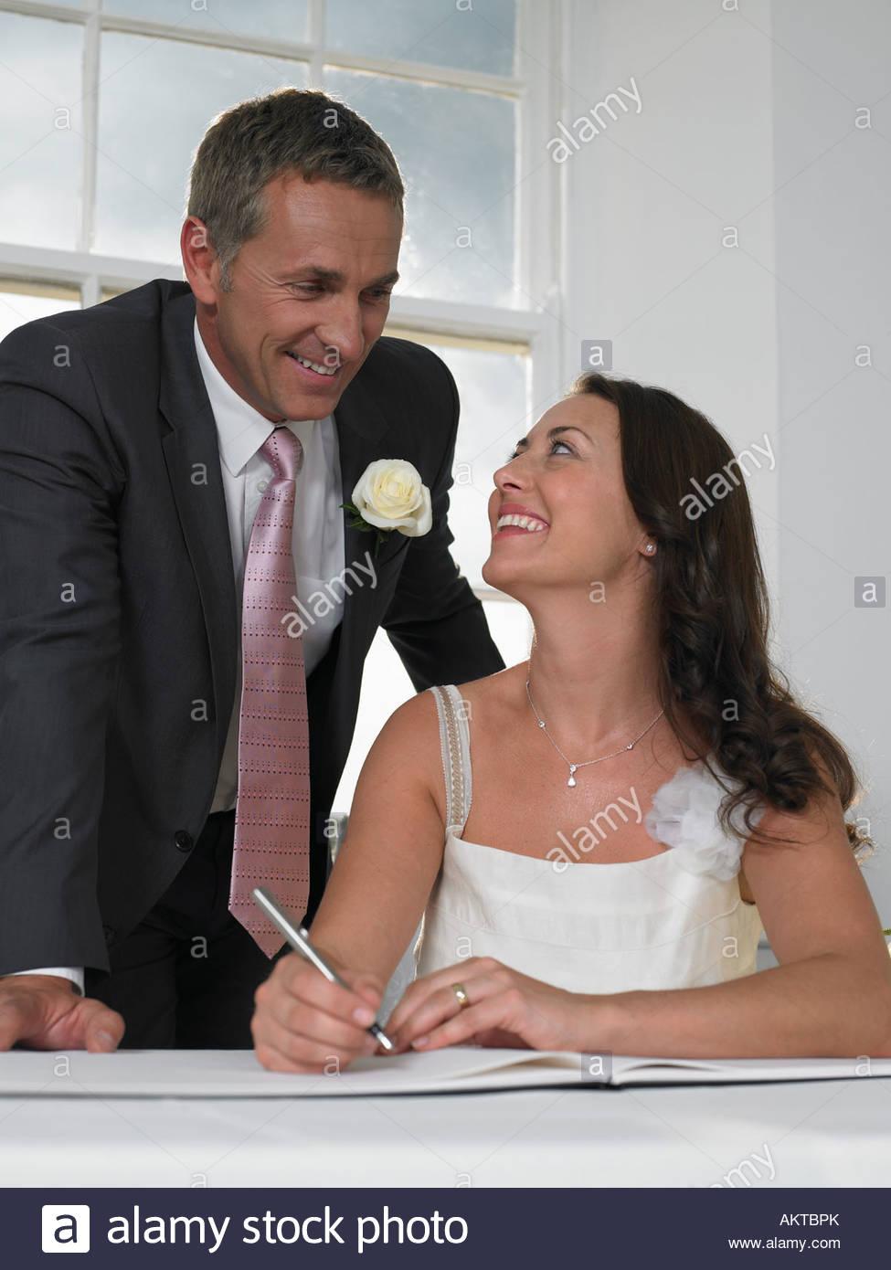 Un paio di firmare il registro di matrimonio Immagini Stock