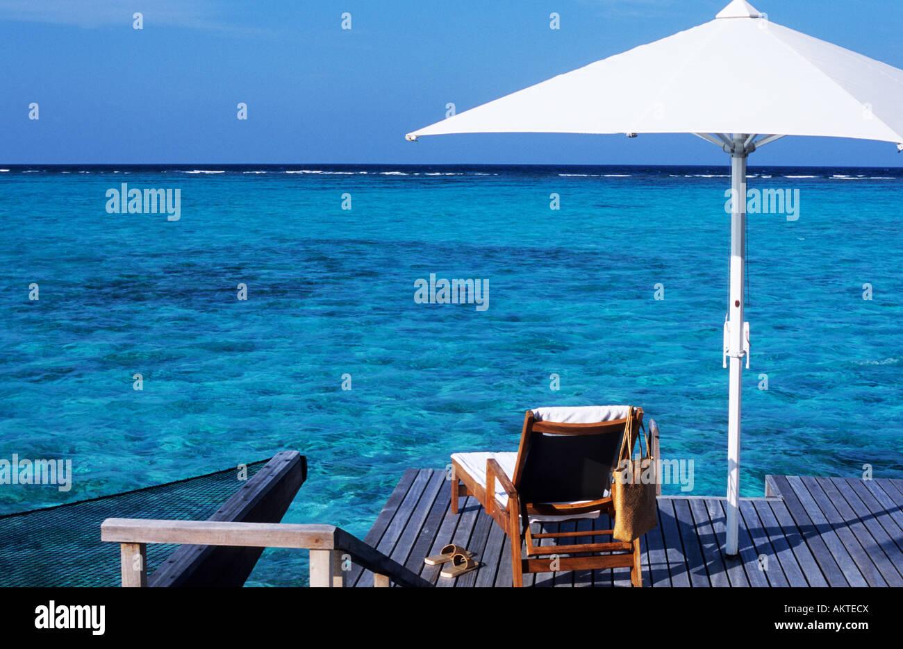 Maldive, North Malè Atoll, One & Only Reethi Rah Hotel, terrazza di una villa su palafitte Foto Stock