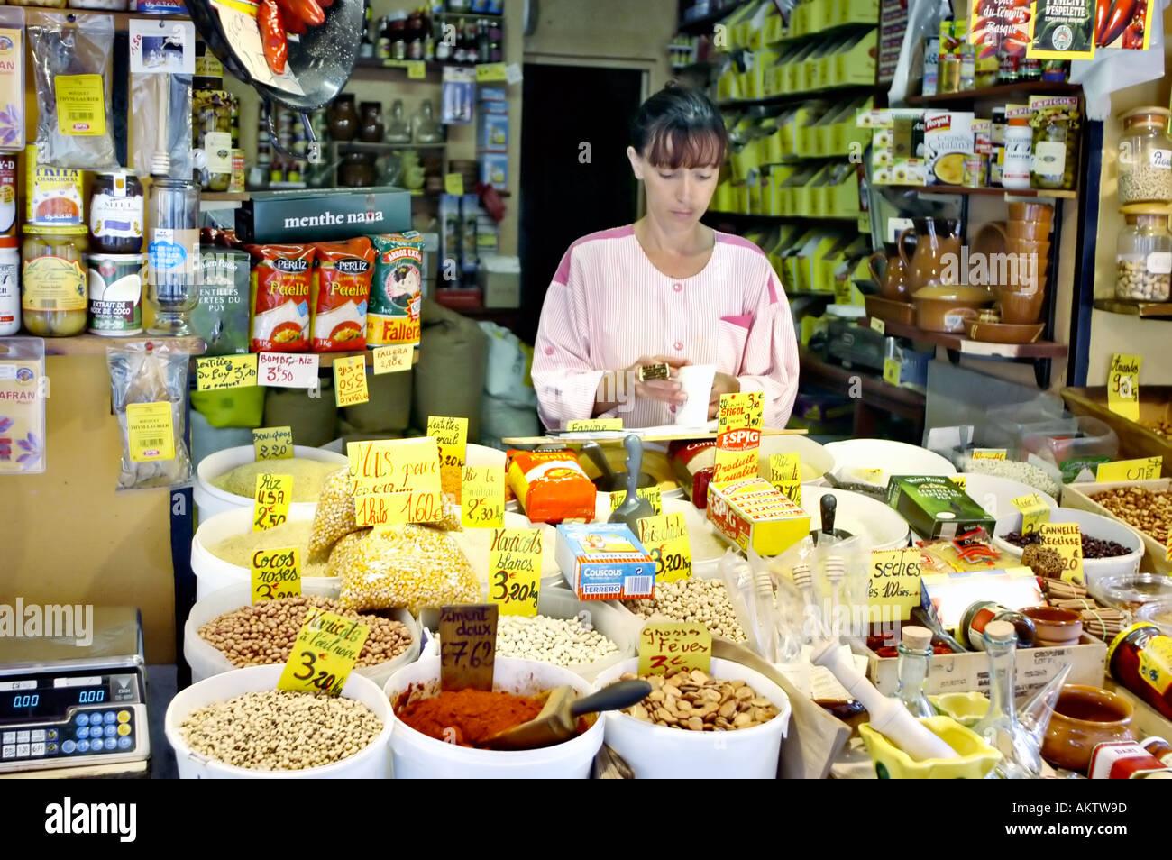 Perpignan, Francia, donna che lavorano in piccoli locali Fruttivendolo Deli sul marciapiede shop assistant, custode di negozio locale Immagini Stock