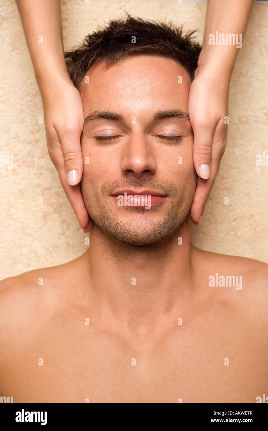 La Germania, l'uomo riceve il massaggio del viso, close-up Immagini Stock