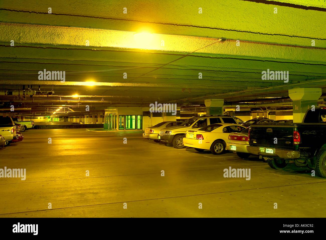 A vapori di sodio in illuminazione parcheggio garage foto