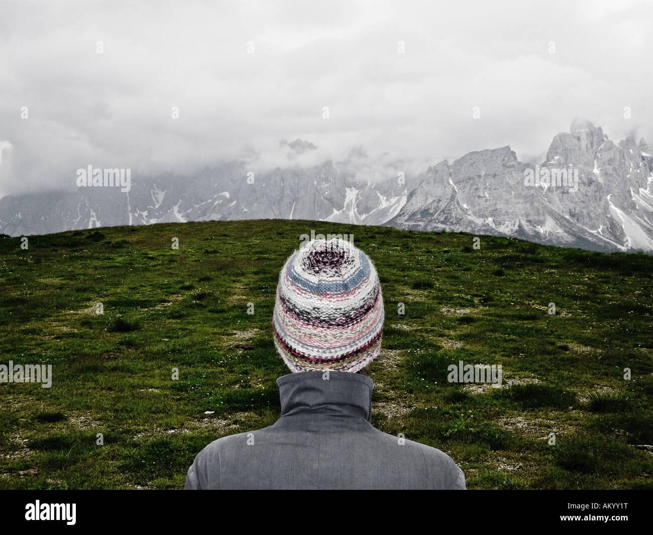 Donna in piedi nella parte anteriore del paesaggio alpino delle Dolomiti Alto Adige Italia Immagini Stock