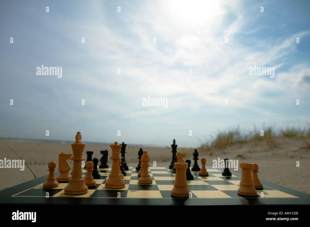 La guerra. Concetto di immagine. Partita scacchi a personaggi viventi Immagini Stock